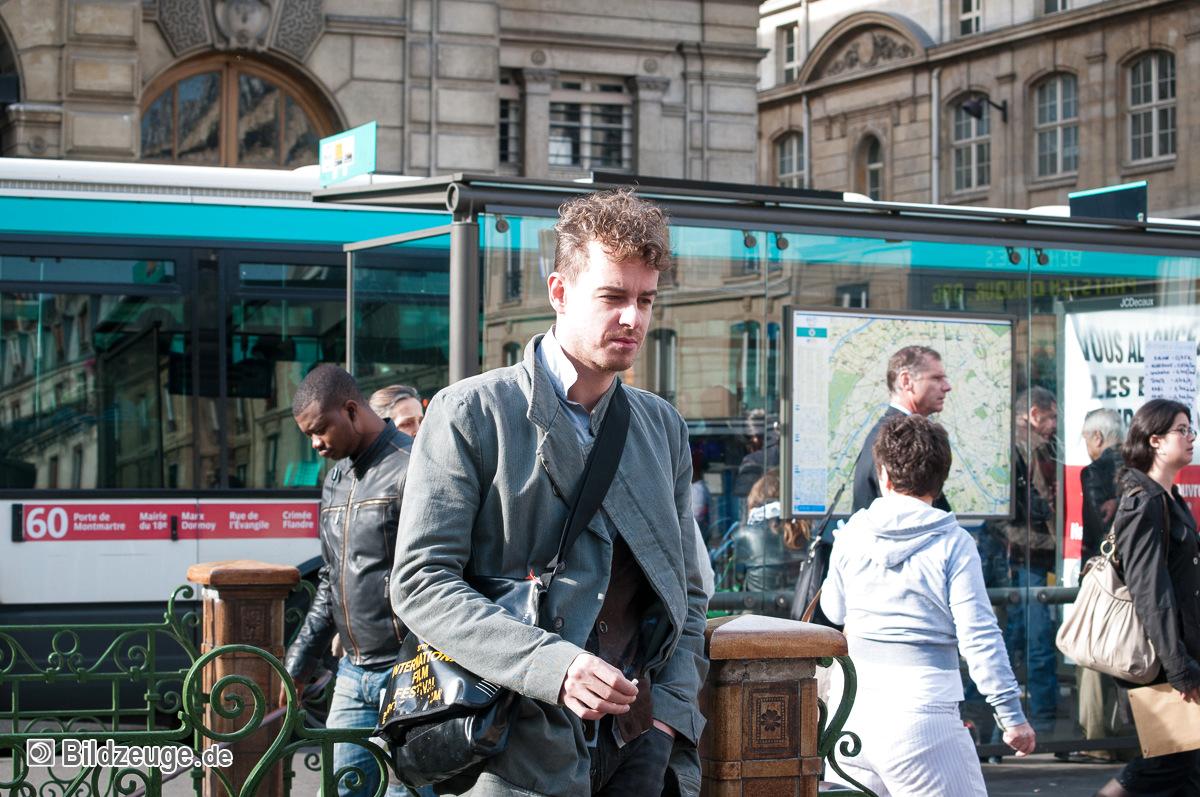 Wartender an Bushaltestelle