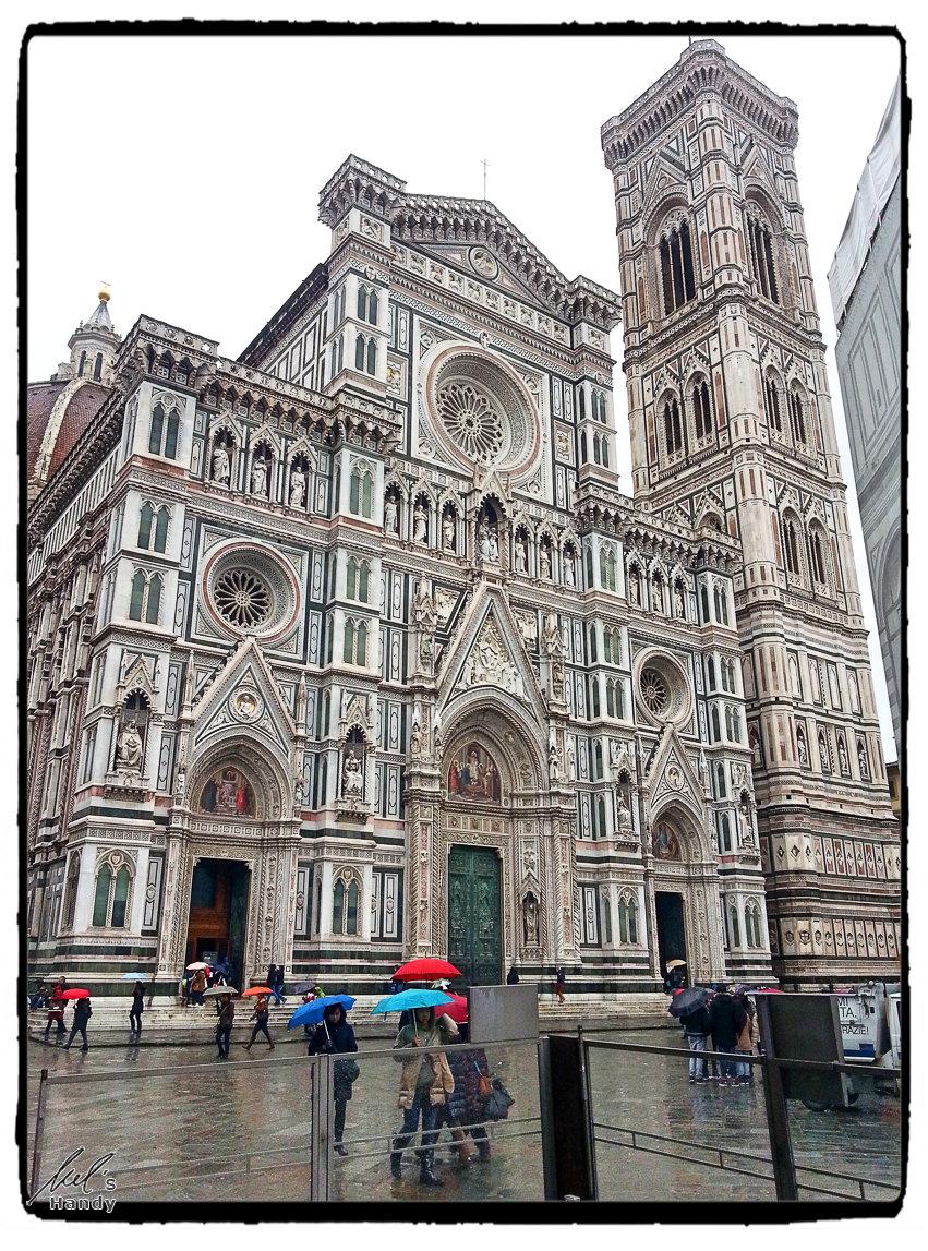 Glockenturm des Doms neben der Kathedrale